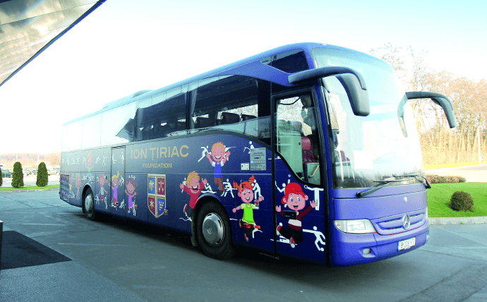 "A blue bus with the word ""Tiriac"" written on it"
